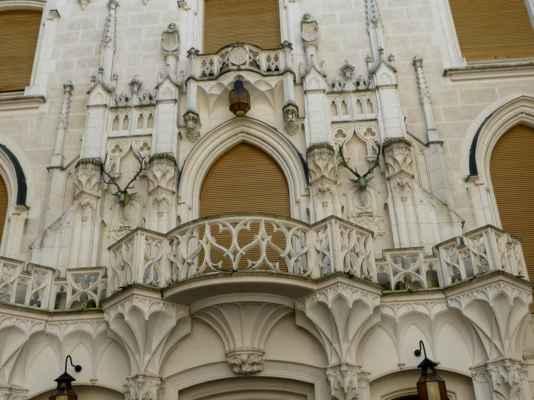 Krásné jsou stropy v některých místnostech, velmi nevšední je monumentální krb z bílé žuly v kuřáckém salonu, vážící 26 tun, který prochází přes více pater zámku. Pak jsou tu samozřejmě tapiserie, nábytek, umělecké předměty, závěsy, zrcadla, knihovna, zbrojnice, v níž uvidíte i maršálskou hůl vítěze nad Napoleonem v bitvě u Lipska, Karla Filipa Schwarzenberga (viz album o Ptačím hrádku u Českého Krumlova) ...