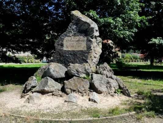 """... kde byl v r. 1290 na tzv. pokutní louce popraven """"plknem"""" Záviš z Falkenštejna. Plkno byla patrně flanderská popravčí sekyra se širokým ostřím."""