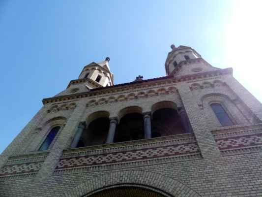 Kostel svatých Petra a Pavla v Hosíně je úžasná stavba. Mezi lety 1260–1280 zde byl zbudován románský kostelík s apsidou. V období gotiky, kolem roku 1340, byl kostel rozšířen a původní románský kostelík byl do nového kostela zakomponován jako sakristie, která se kolem roku 1340 dočkala hodnotné freskové výzdoby. K další přestavbě kostela došlo v období baroka.