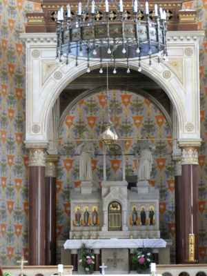 Součástí chrámového interiéru je celá řada dalších pozoruhodných architektonických prvků a umělecky ztvárněných kusů mobiliáře, povětšině pseudorománských, zčásti však také převzatých ze staršího vybavení kostela.