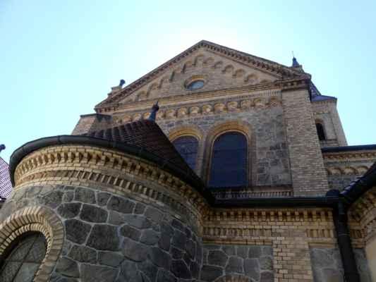 Kostel je postaven částečně z kamene, podstatnou část zdiva ale tvoří žluté šamotové cihly ze šamotky ve Zlivi u Hluboké nad Vltavou. Kostel je na rozdíl od většiny chrámových staveb orientován presbytářem směrem na jih, nikoli k východu.