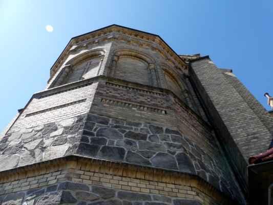 Půdorys kostela má tvar rovnoramenného kříže se třemi apsidami v závěru, na východě pak k presbytáři přiléhá sakristie.
