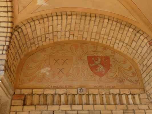 Otevřená předsíň u západního průčelí kostela je vyzdobena erby někdejších hosínských vrchností.