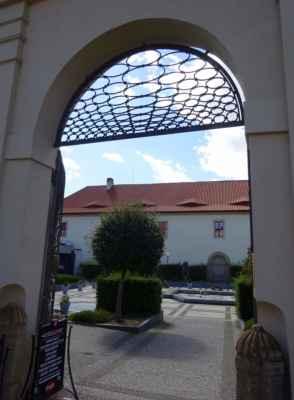 Klárov 6a - zahradní nádvoří Valdštejnské jízdárny