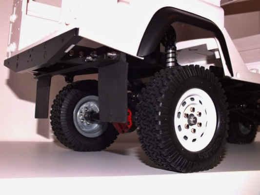Upevnění gumových zástěrek od Team Losi, v detailu gumové lemy blatníků od firmy RC4x4-shop.