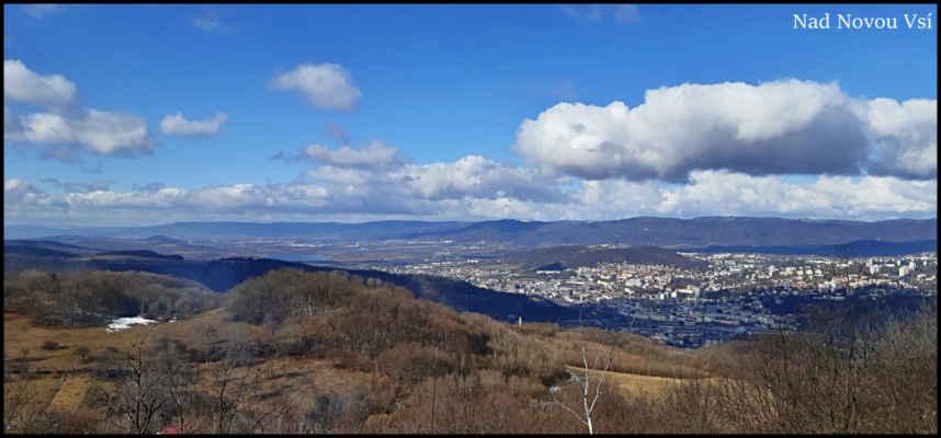 Středohoří - Na skalní vyhlídce pod vrcholem Přední Hůrky (501 m.n.m.),sníh ve středních polohách drží jen na stinných místech,ve městě už je roztátý,na hřebeni Krušných hor,v pozadí,kolem 800 m.n.m. je kolem 35 cm firnu,data ze stanice Zinnwald.Vpravo Ústí,vlevo jezero Milada,za ním Teplice..