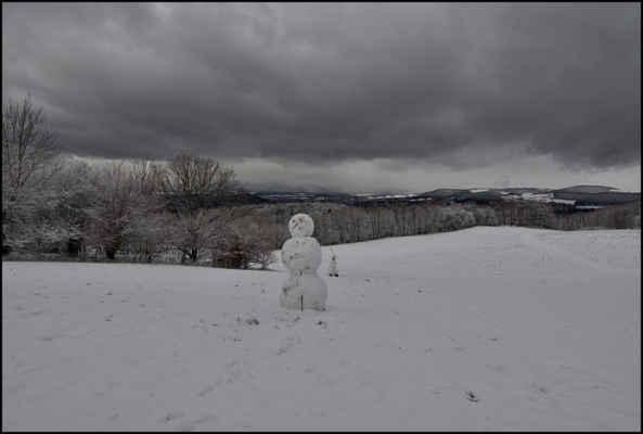 Středohoří - Dva sněhuláci pod Vidrholcem před další sněhovou přeháňkou..