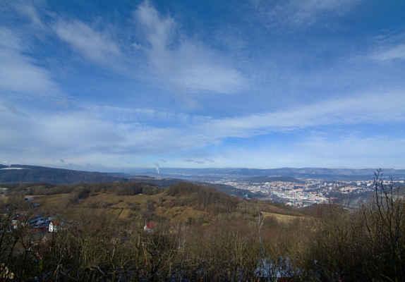 Středohoří - Ze skalního ostrohu je pěkný pohled do okolí,jižní stráně již Slunce zbavilo sněhu,dole Ústí,v pozadí zasněžené Krušné hory..