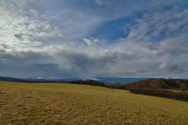 Středohoří - Přeháňa dojde až sem a zbarví krajinu do bílé barvy..