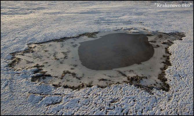 Krušné hory - Zamrzlá louže připomínající nepravidelné oko..
