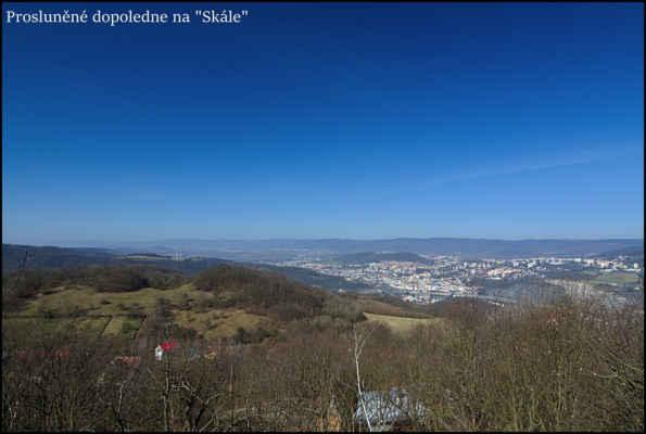 Středohoří - Dopolední procházka na skalní vyhlídku nad Novou Vsí.Dole centrum Ústí,v pozadí hřeben Krušných hor..