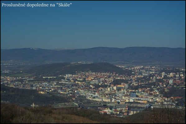 Středohoří - Centrum Ústí,v pozadí Krušné hory,vlevo sněhová pole na Komáří Vížce 806 m.n.m..