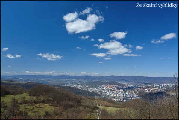 Středohoří - Na skalní vyhlídce bylo i dnes parádně vidět do kraje,dole Ústí v pozadí hřeben Krušných hor