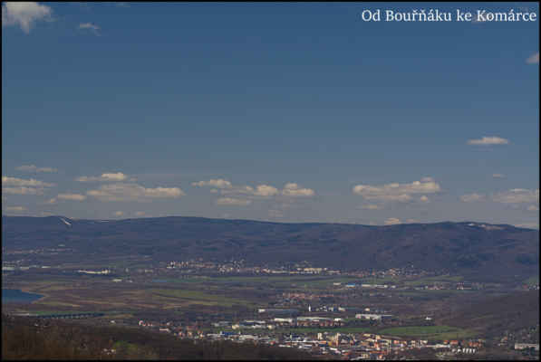Středohoří - Ústí-Předlice,kdysi výstavní čtvrť,těleso D8,Chabařovice,Krupka,vlevo větrníky na Hutunku,sjezdovka na Bouřňáku,Pramenáč,Cínovecký hřbet,Komáří Vížka,Lysá hora..