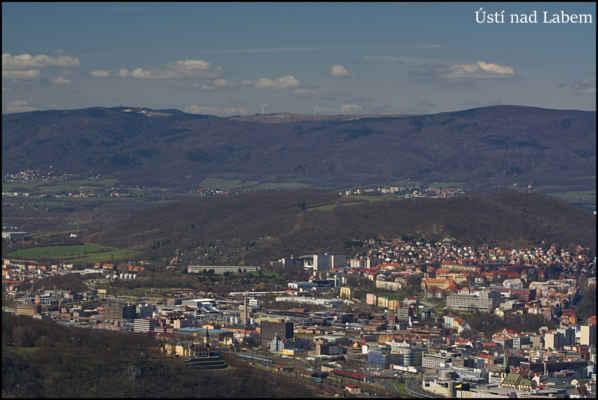Středohoří - Centrum Ústí,západní část,terasy Větruše,vpravo kostel se Šikmou věží,vlevo Spolchemie,čtvrť Klíše,Střížovický vrch,v pozadí Krupka-Unčín,Přestanov,Chlumec,Krušné hory..