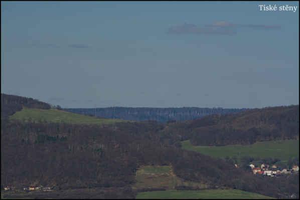 Středohoří - Přes Dobětickou výšinu,sedlo Radešína a Farského vrchu,k pískovcovým Tiským stěnám..