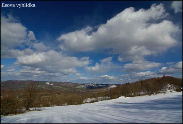 Středohoří - Odpolední pohoda na Esově vyhlídce.Vpravo rozhledna na Lucemburkově kopci,v pozadí Sokolí hřeben a okolí Bukové hory,v dáli kupa Vlhošti a slabě viditelný špičák Ještědu..