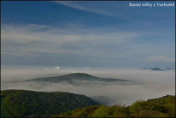 Středohoří - Sobotní ráno nad mlhou,pohledem z rozhledny na Varhošti.V popředí Plešivec,vpravo Lovoš,Košťálov,Sutomský vrch..
